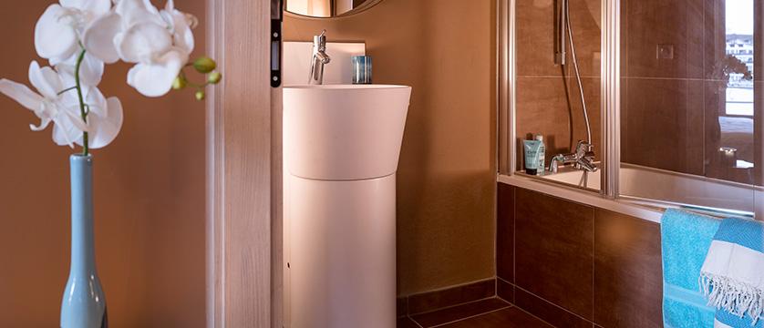 france_espace-killy_tignes_hotel-le-taos_living-room-bathroom.jpg